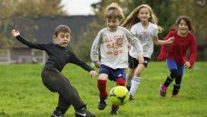 Kinder spielen Fußball mit einem NIE Nummer